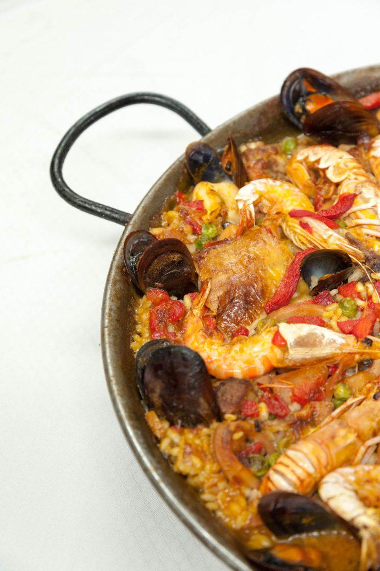 Paella especial de pescado, carne y marisco